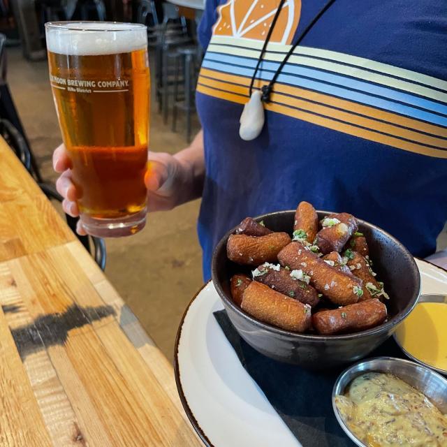 Who is ready for Oktoberfest season?! We are!! Come try an Oktoberfest paired with our pretzel bites, you won't regret it ;)  • • • #oktoberfest #season #happymonday #coloradobeer #pretzelbites #bluemoon #beerpairing #beerlover #beerstagram #beerandbrewing #fallbeer